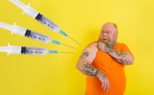 Homem pensativo tem medo de tomar a vacina invejável