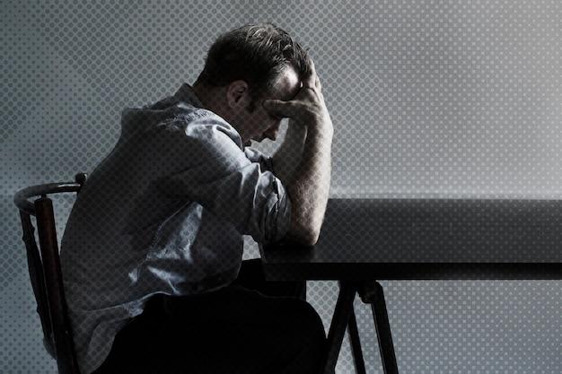 Homem perdendo o emprego devido ao impacto financeiro do covid-19