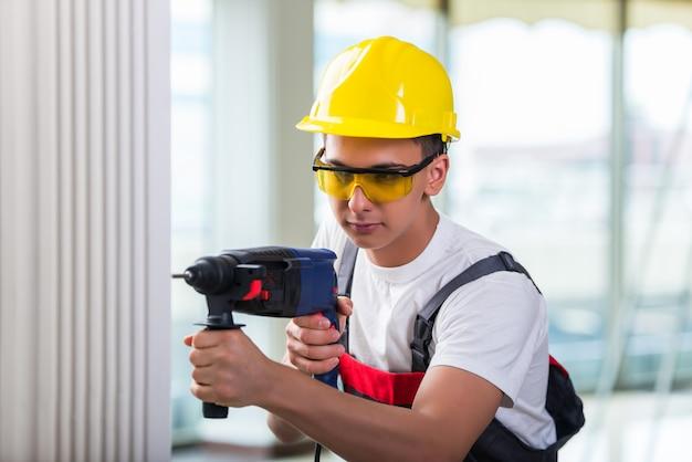 Homem, perfurar parede, com, perfure perfurador