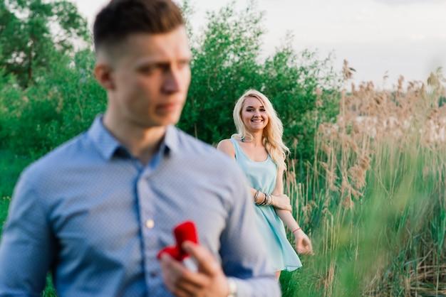 Homem perguntando a namorada se ela quer se casar com ele.