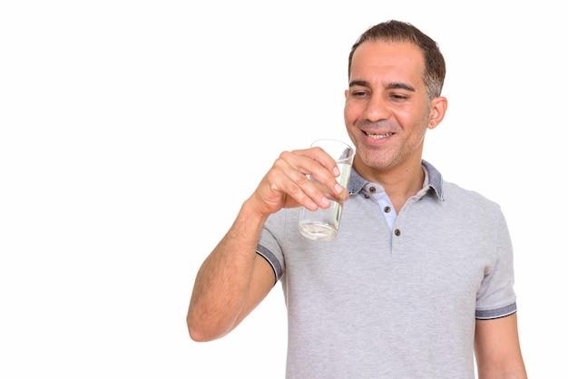Homem persa maduro e feliz bebendo um copo d'água