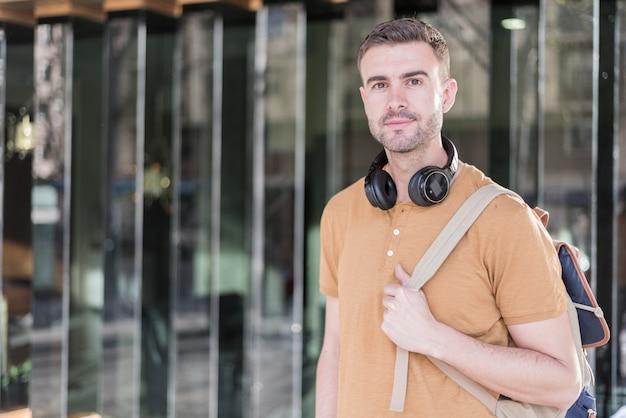 Homem perto com fones de ouvido sorrindo