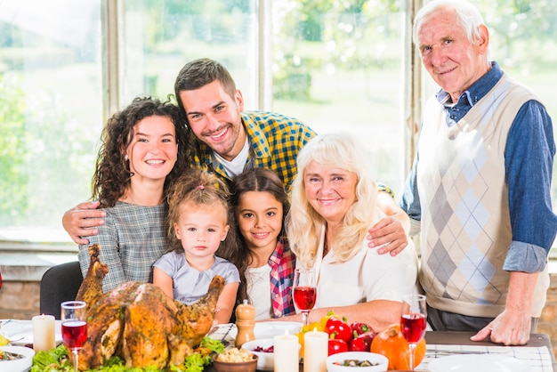 Homem perto de mulher, filhos e casal de idosos