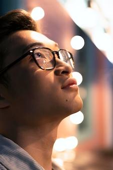 Homem perto de óculos