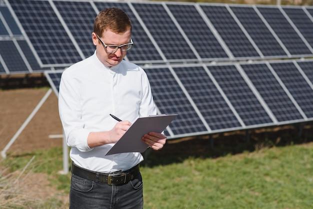 Homem perto de painéis solares