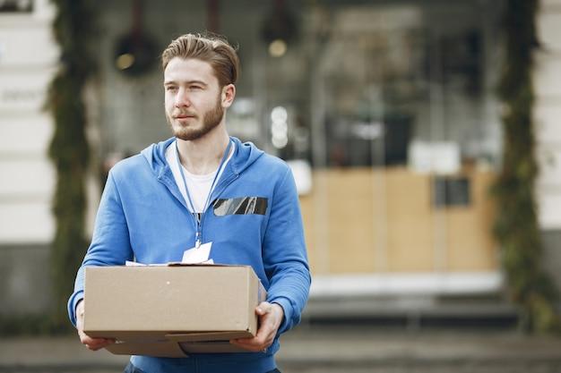 Homem perto do caminhão. cara com um uniforme de entrega.