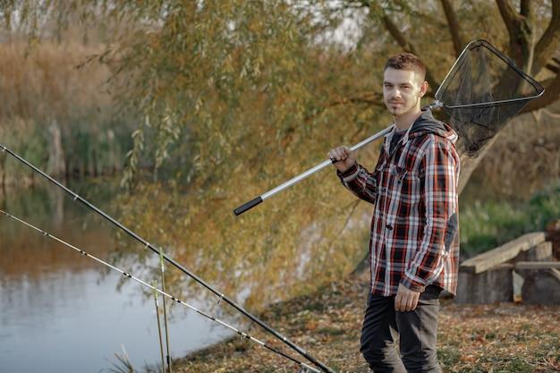 Homem perto do rio em uma manhã de pesca