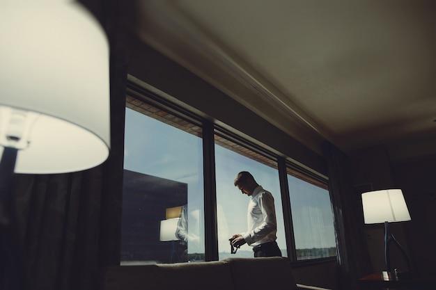Homem, perto, janela