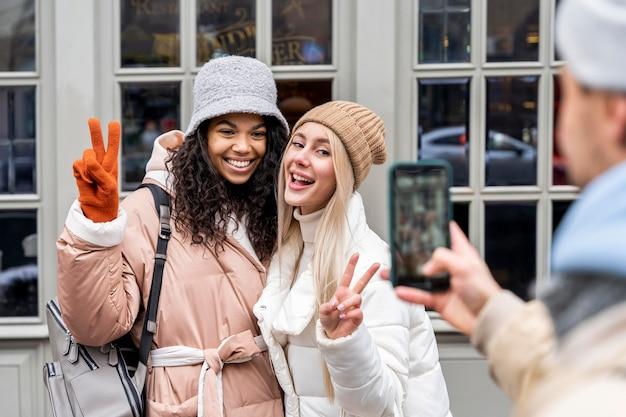 Homem perto tirando foto de garotas