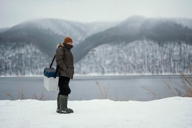 Homem pescando com equipamento especial lá fora