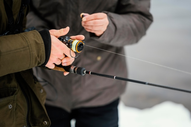 Homem pescando com equipamento especial