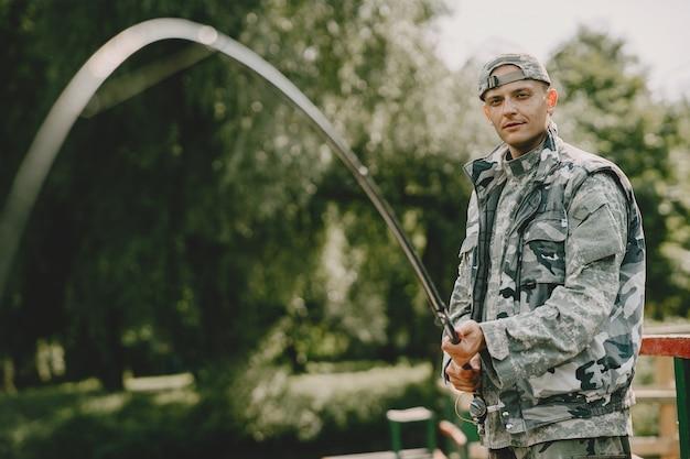 Homem pescando e segurando a vara de pesca