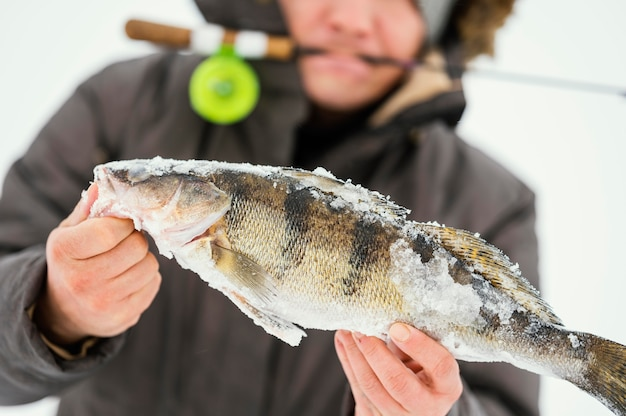 Homem pescando sozinho no inverno