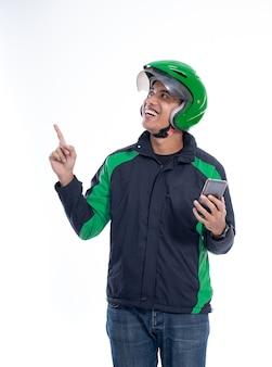 Homem piloto usar capacete apontando