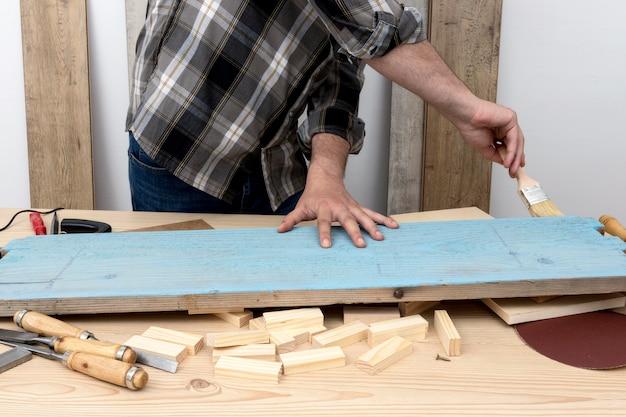 Homem pintando de frente com azul