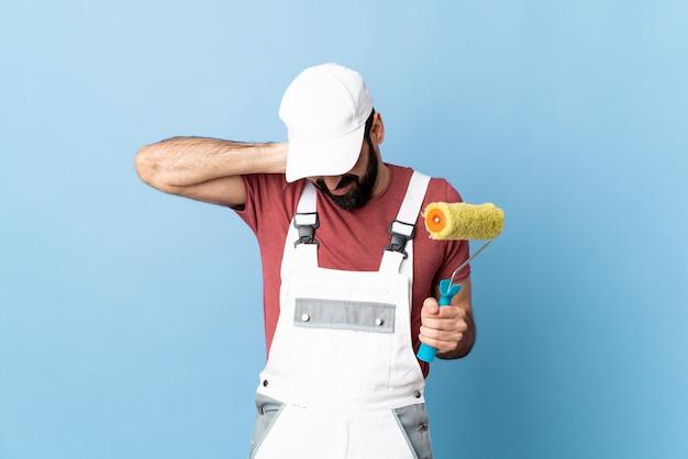 Homem pintor sobre parede isolada