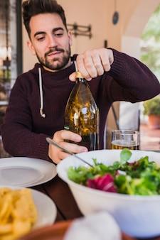 Homem, plugging, garrafa cerveja, ligado, piquenique