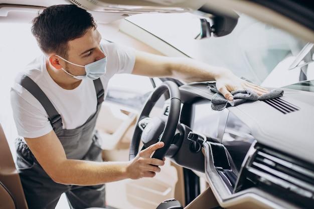 Homem polindo o interior do carro no serviço de atendimento