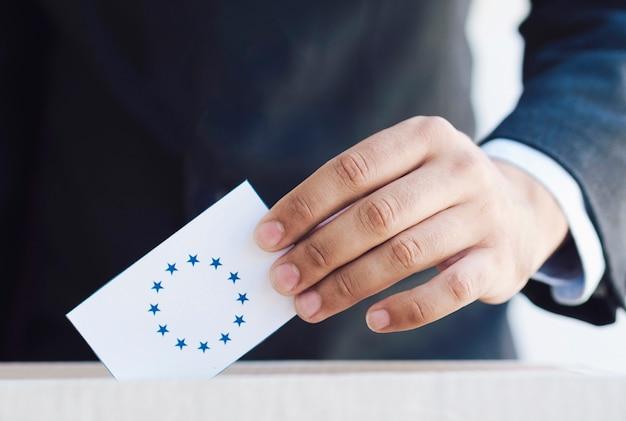 Homem, pôr, um, europeu, eleição, cédula, em, um, caixa, close-up