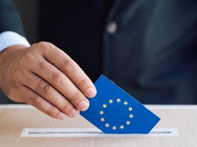 Homem, pôr, um, europeu, eleição, cédula, em, um, caixa