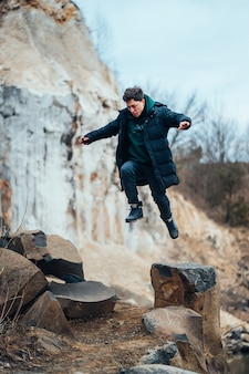 Homem posa e salta na pedreira