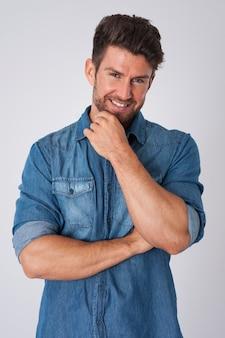 Homem posando com camisa jeans