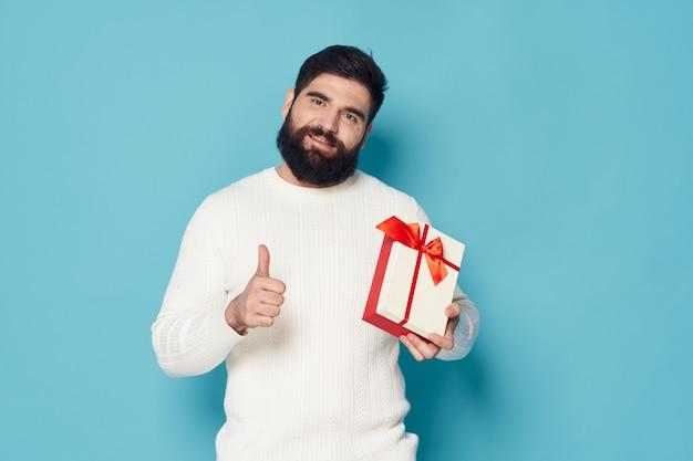 Homem posando com um presente