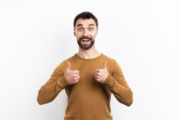 Homem posando e dando polegares para cima