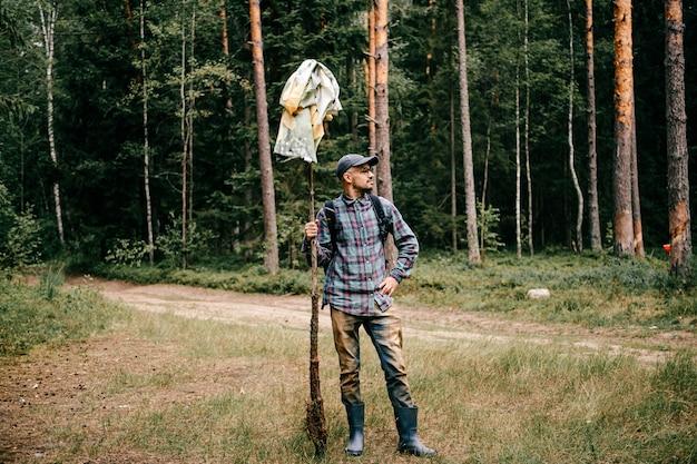 Homem posando na floresta