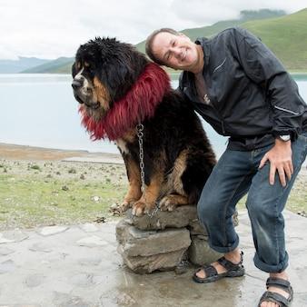 Homem, posar, com, decorado, mastiff tibetano, cão, em, yamdrok, lago, nagarze, shannan, tibet, china