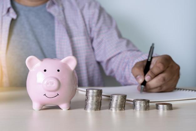 Homem poupança moedas riqueza e financeiro