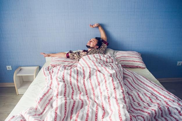 Homem, prática, fu kung, cama, a, manhã