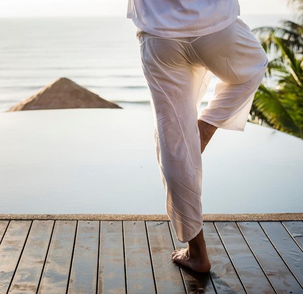 Homem, prática, ioga, de manhã