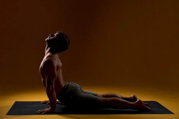 Homem, prática, ioga posa