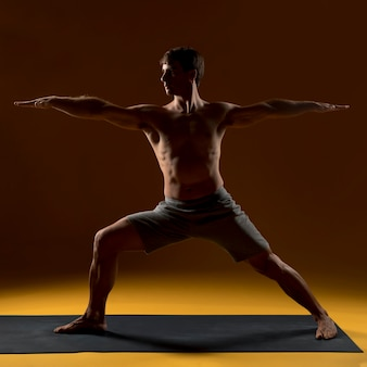 Homem, prática, posições ioga, ligado, tapete