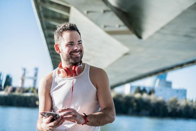Homem praticando esportes e ouvindo música com fones de ouvido
