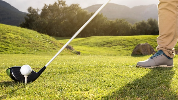 Homem praticando golfe no campo