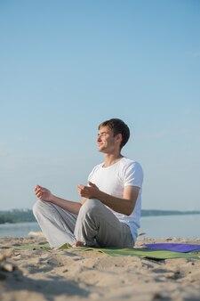 Homem praticando yoga