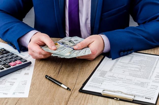 Homem preenche formulário fiscal, dinheiro da conta