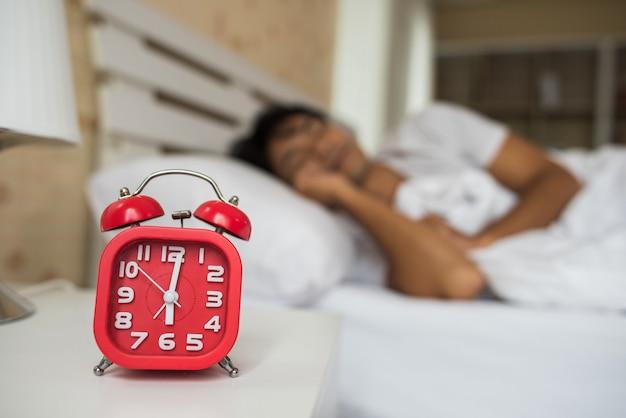 Homem preguiçoso acordar em seu quarto