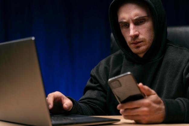 Homem preocupado com dispositivos de perto
