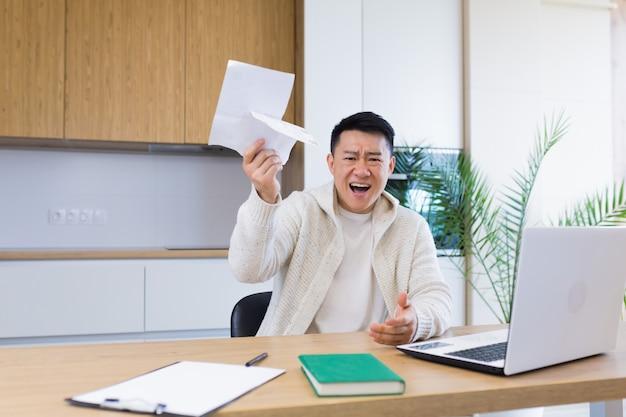Homem preocupado e estressado calculando contas de despesas fiscais e contando as finanças domésticas
