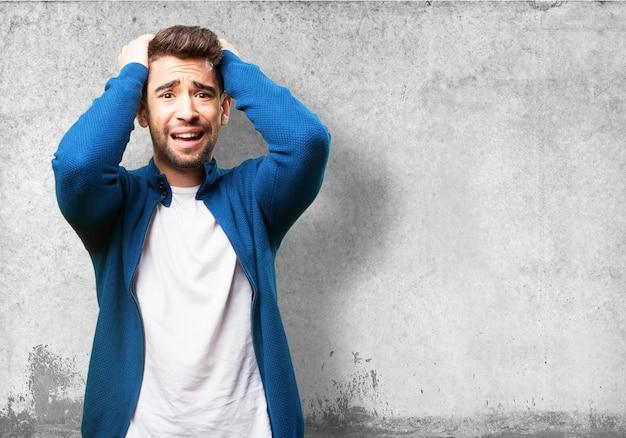 Homem preocupado que puxa seu cabelo