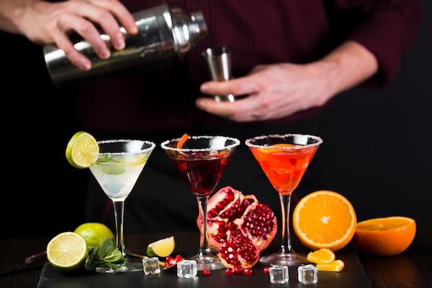 Homem preparando cocktails