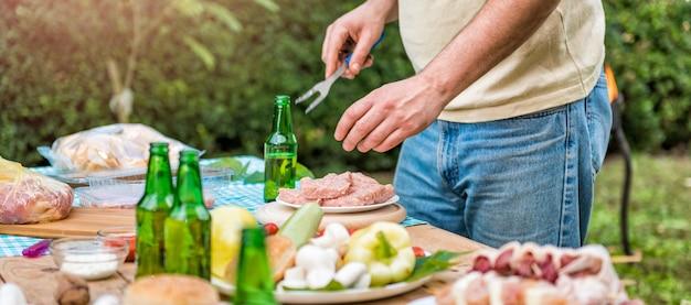 Homem preparando encontro para churrasco