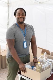Homem preparando um banco de alimentos para pessoas pobres