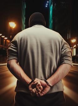 Homem preso algemado em conseqüência de seu crime