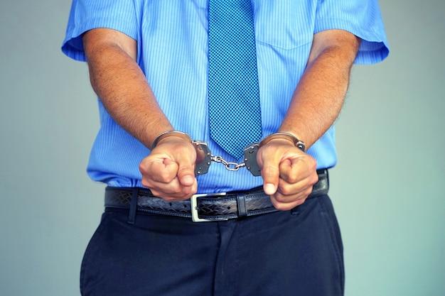 Homem preso com algemas