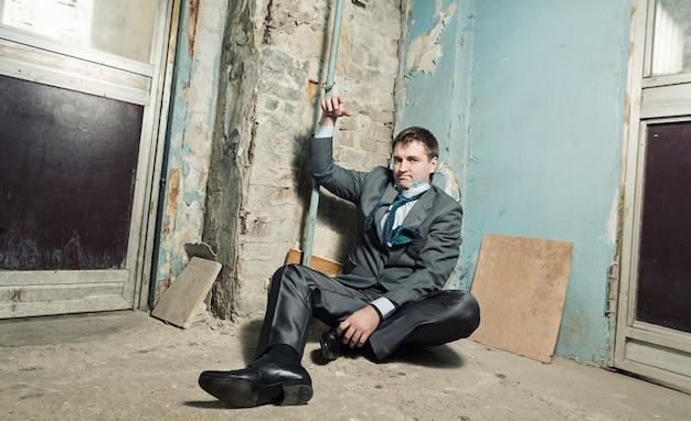 Homem preso com mão algemada