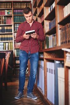 Homem procurando material de estudo